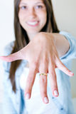 Vrouw die haar verlovingsring tonen bij de camera stock afbeeldingen
