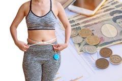 vrouw die haar vette die buik meten op Japanse muntyen wordt geïsoleerd Stock Afbeelding