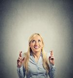 Vrouw die haar vingers het hopen het dit wensen kruisen Royalty-vrije Stock Afbeelding