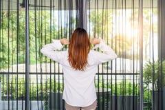Vrouw die haar wapens uitrekken terwijl status en het kijken zonsopgang thr Stock Fotografie