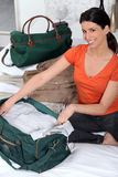 Vrouw die haar zakken inpakt Stock Fotografie