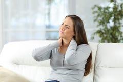 Vrouw die hals aan pijn lijden stock foto