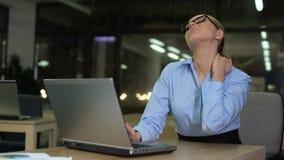Vrouw die hals aan pijn, voelen lijden vermoeid tijdens nachtploeg, zware baan stock videobeelden