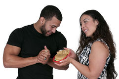 Vrouw die Hamburger geven aan een Man Royalty-vrije Stock Afbeeldingen