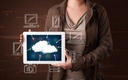 Vrouw die hand getrokken wolk gegevensverwerking tonen royalty-vrije stock afbeelding