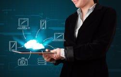 Vrouw die hand getrokken wolk gegevensverwerking tonen stock foto