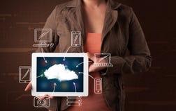 Vrouw die hand getrokken wolk gegevensverwerking tonen stock afbeeldingen