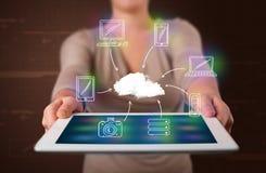 Vrouw die hand getrokken wolk gegevensverwerking tonen stock foto's