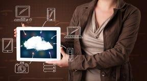 Vrouw die hand getrokken wolk gegevensverwerking tonen royalty-vrije stock afbeeldingen