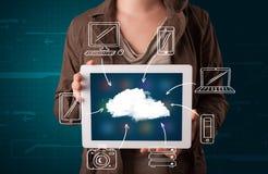 Vrouw die hand getrokken wolk gegevensverwerking tonen stock afbeelding
