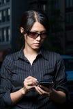 Vrouw die handbediende computer met behulp van Royalty-vrije Stock Afbeelding