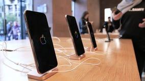 Vrouw die in handen nemen die iPhone XS testen stock video