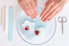 Vrouw die handen voor manicureprocedure voorbereidt Stock Foto