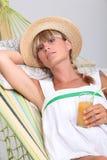 Vrouw die in hangmat leggen Royalty-vrije Stock Foto's