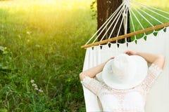Vrouw die in hangmat rust In openlucht het slapen Royalty-vrije Stock Foto