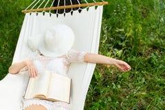 Vrouw die in hangmat rust In openlucht het slapen Royalty-vrije Stock Fotografie