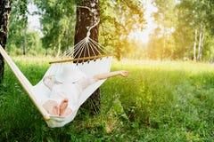 Vrouw die in hangmat rust In openlucht het slapen Royalty-vrije Stock Afbeeldingen