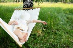 Vrouw die in hangmat rust In openlucht het slapen Stock Foto
