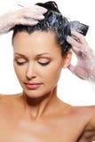 Vrouw die haren verft Royalty-vrije Stock Afbeeldingen
