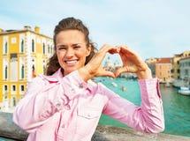Vrouw die hart gevormde handen tonen die in Venetië ontwerpen Royalty-vrije Stock Foto's