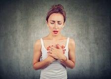Vrouw die hartaanvalmoeilijkheid ademhaling hebben stock afbeelding