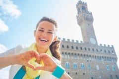 Vrouw die hartgebaar gevormde handen, Italië tonen Royalty-vrije Stock Foto's
