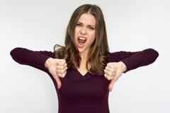 Vrouw die hater afkeer met neer duim doen Stock Foto's