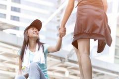 vrouw die helpend handen voor ongeval wonan tijdens runni geven royalty-vrije stock foto