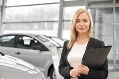 Vrouw die in het autohandel drijven als manager werken royalty-vrije stock afbeeldingen