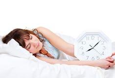 Vrouw die in het bed ligt Stock Afbeelding