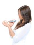 Vrouw die het bloedonderzoek van het glucoseniveau meet Stock Foto