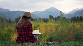 Vrouw die het boek leest stock video