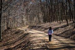 Vrouw die in het bos loopt royalty-vrije stock afbeelding