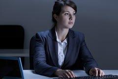 Vrouw die in het bureau werken Stock Foto