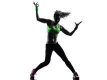 Vrouw die het dansende silhouet van geschiktheidszumba uitoefenen royalty-vrije stock fotografie