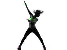 Vrouw die het dansende silhouet van geschiktheidszumba uitoefenen stock foto's