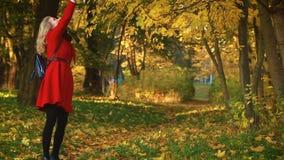 Vrouw die in het de herfstpark lopen stock video