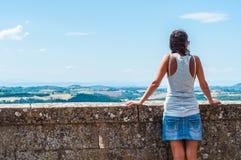 Vrouw die het de zomer Italiaanse landschap in Montepulciano bewonderen royalty-vrije stock foto's