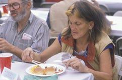 Vrouw die het diner van Kerstmis eet royalty-vrije stock afbeelding