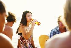Vrouw die het Gedronken Concept van de Strandpartij drinken royalty-vrije stock afbeelding
