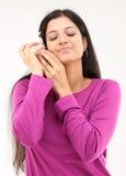 Vrouw die het geluid hoort van shell Royalty-vrije Stock Foto