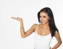 Vrouw die het gesturing naar omhoog naar tekst richten stock foto's