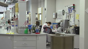 Vrouw die in het laboratorium werken stock footage