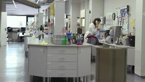 Vrouw die in het laboratorium werken stock video
