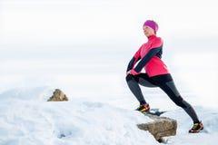 Vrouw die het lopen en sportschoenen rijgen Sportief schoeisel dichte omhooggaand Geschiktheidsmotivatie en gezond levensstijlcon Stock Foto's