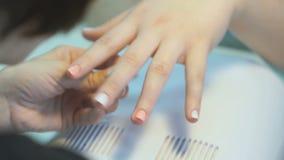 Vrouw die het manicuremeisje maken bij de schoonheidssalon stock footage