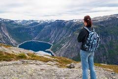 Vrouw die het meer in de bergen bekijken, Noorwegen Weg aan Trol Royalty-vrije Stock Afbeelding