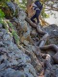 vrouw die het meer van de engelen beklimmen headwall royalty-vrije stock afbeeldingen