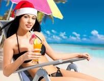 Vrouw die het nieuwe jaar vieren bij het strand Stock Afbeeldingen
