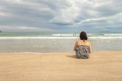 Vrouw die het overzees bij het Strand Danang bekijken van China Stock Afbeeldingen